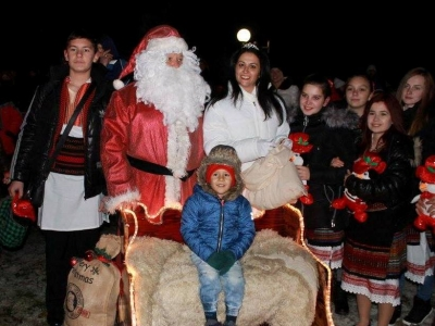 """Дядо Коледа и Снежанка """"кацнаха"""" в Козлодуй"""