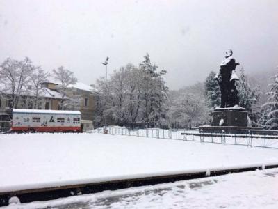 Монтират ледената пързалка във Враца