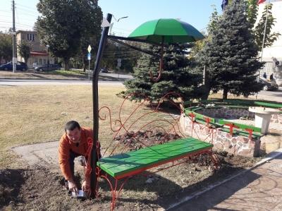 Атрактивни пейки красят центъра на селото
