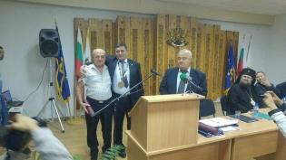 Данчев награждава кметът на Краводер.