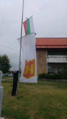Кметът издигна знамето на общината.