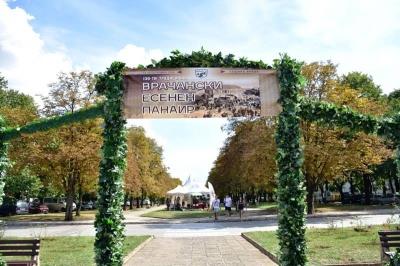 Свежа арка посреща гостите