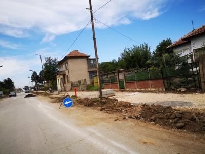 Нови тротоари със зелени площи се очакват до месеци.
