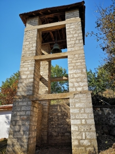 Внушителна камбанария от старо време.