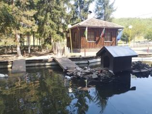 Езеро с патици привлича гостите.