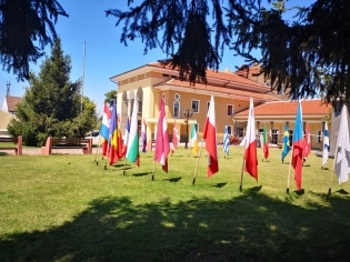 Националните флагове на държавите-гости на събитията са вече подредени в центъра на града.