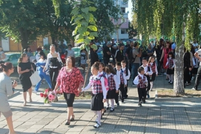 Опънаха трибагреник над пешеходната зона в Козлодуй