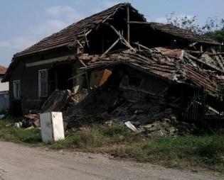 Щетите по къщата, дни след наводнението през 2014 г.