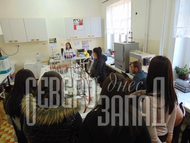 """Бъдещите млади учени - възпитаниците на Професионалната гимназия """"Стефан Цанов"""" в Кнежа на ден на отворените врати в института."""