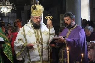 Децата покръсти лично митрополит Григорий.