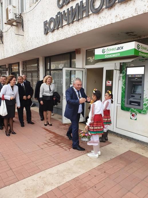 Сретениев бе посрещнат по стар български обичай с хляб и сол в общината