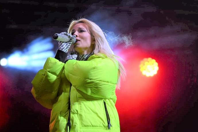 Фолкдивата Емилия пя за почитателите си от общината
