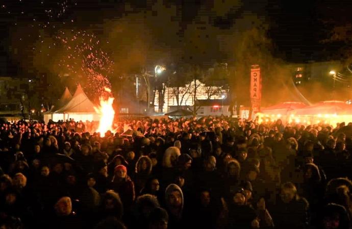 Огньове и наздравици стоплиха стотиците празнуващи